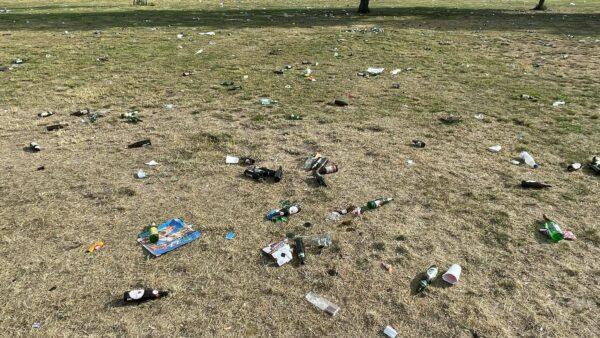 Am Morgen danach: Scherben und Müll auf der ganzen Wiese