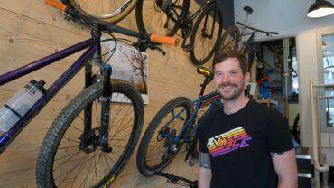 Christoph Süße und seine Bikes (der Kalender ist auch von SOUR) - Foto: Jonas Breitner
