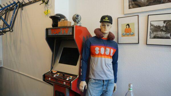 Der Automat funktioniert und vertreibt wartenden Kunden die Zeit - Foto: Jonas Breitner