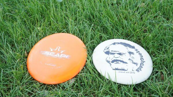 Fliegen teilweise über 100 Meter weit - Die Discs beim Disc-Golf - Foto: Jonas Breitner