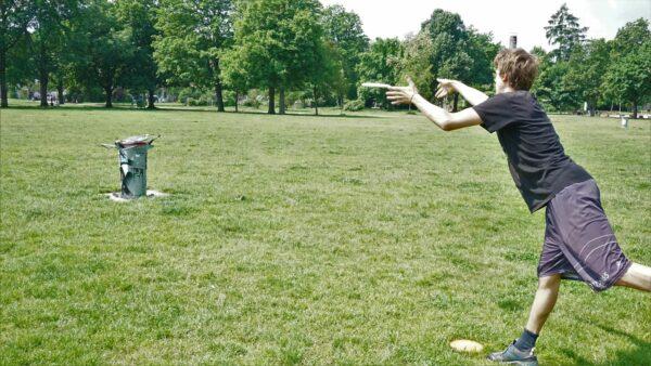 """Der sog. """"Put"""" ist wie beim Golf der Wurf mit dem das Ziel (hier der Mülleimer) erreicht wird - Foto: Jonas Breitner"""