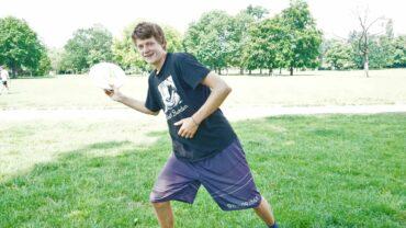 Jakob Dieckmann mit seiner Ultimate-Frisbee-Scheibe - Foto: Jonas Breitner