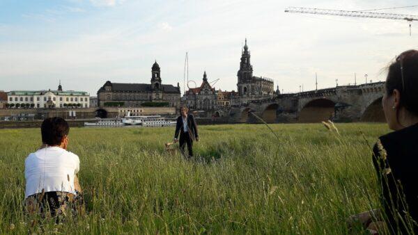 Schauspieler und Bühne im Hohen Gras - Foto: Jonas Breitner