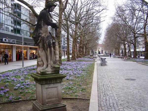 Barockfigur an der Hauptstraße im Jahre 2007