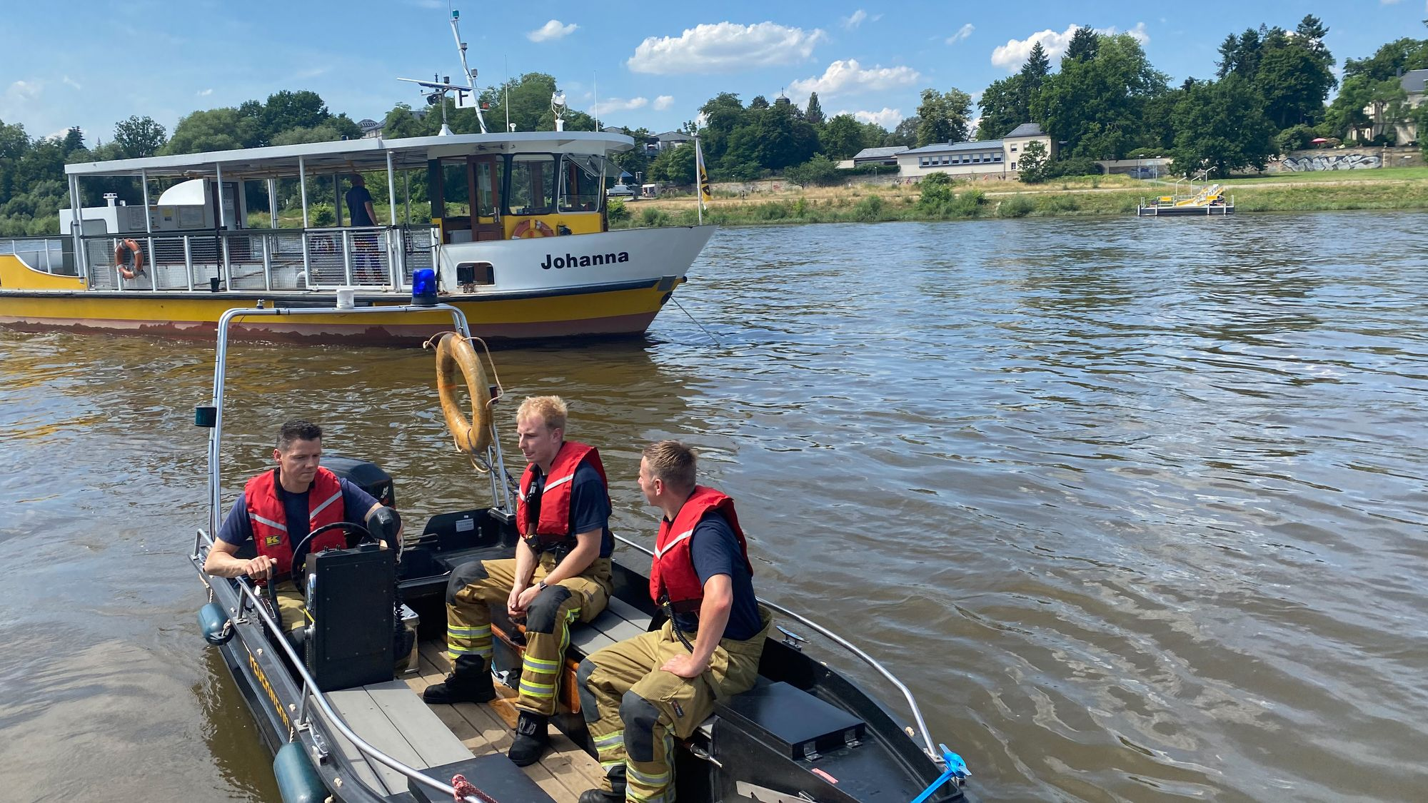Mit einem Rettungsboot werden die Fahrgäste an Land gebracht. Foto: Feuerwehr Dresden