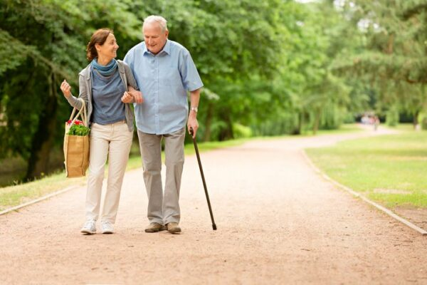 Ehrenamtlerin hilft Senior