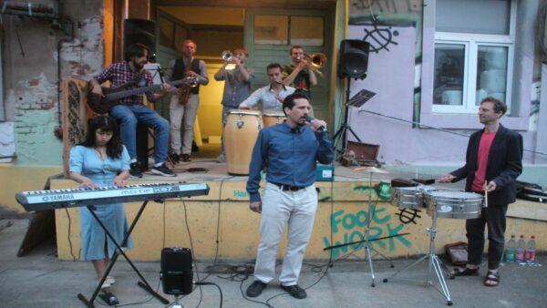 Salsa-Straßenmusik an verschiedenen Orten der Neustadt