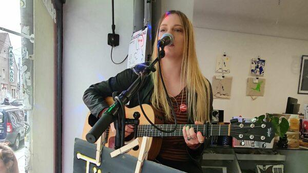 Tini Bot bei einem Auftritt im Groove-Amt-Record-Store