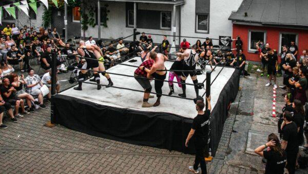 Wrestling und Fritten im Hof - Foto: Marc Körner