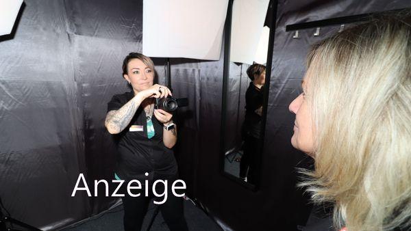 Kathrin Hänsel vom Medimax-Team fertigt ein professionelles Passbild an.