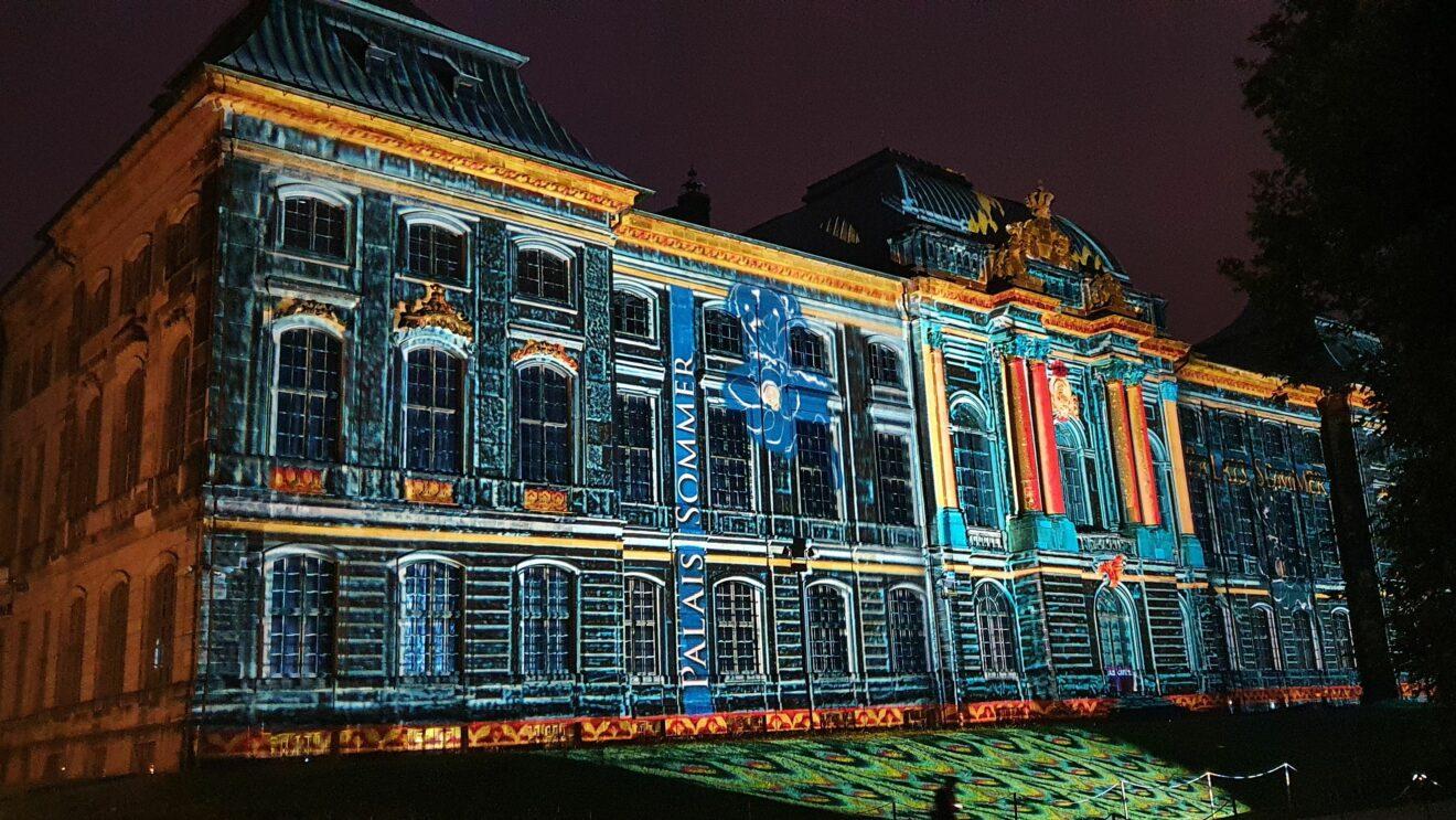 Das Japanische Palais wird nachts angestrahlt.