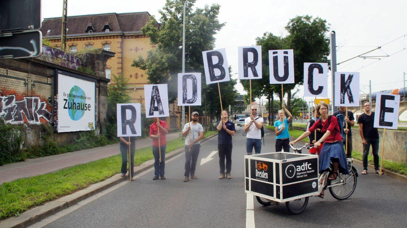 Wo die Demo stattfand, wünscht sich der ADFC eine Radbrücke. Foto: Philine