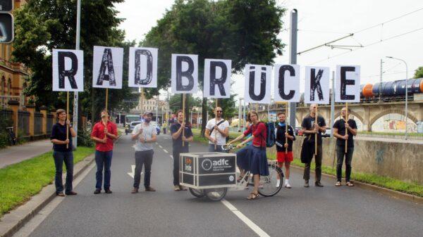 15 Minuten Pause für dem Autoverkehr: Demo des ADFC am Donnerstag. Foto: Philine