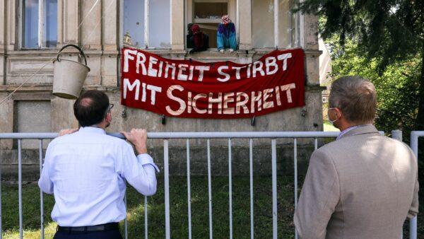 Oliver Gaber, Geschäftsführer der SIB (links) im Gespräch mit den Hausbesetzer*innen - Foto: Tino Plunert