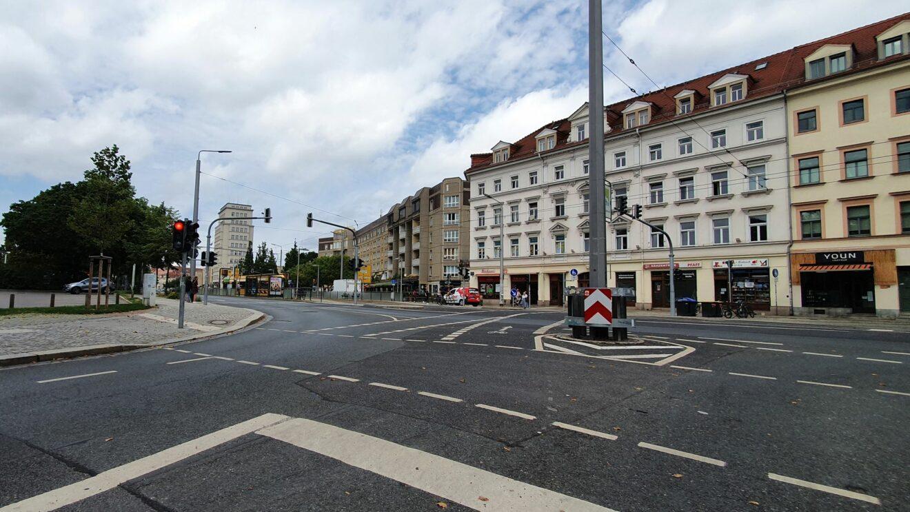 Hier soll der Autofahrer rückwärts aus der Alaunstraße heraus gekommen sein und dann gewendet haben.