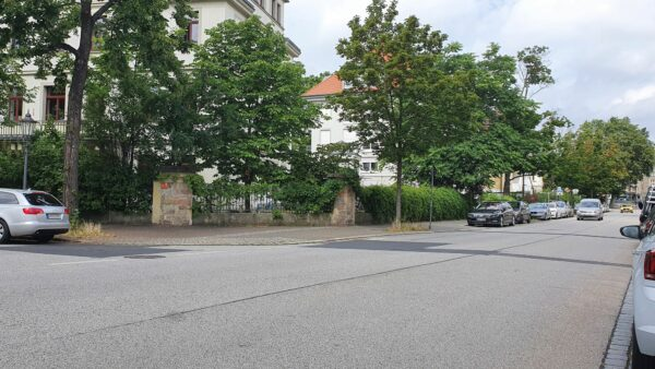 An der Straßeneinmündung vor dem Kleinen Haus hat der Autofahrer den Radfahrer gestoppt.