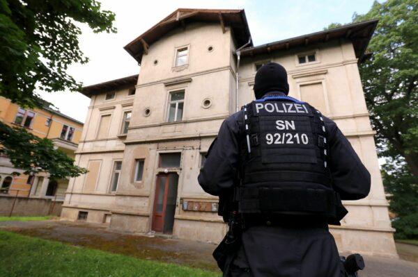 Gegen 7.30 Uhr war das Haus durchsucht - keine Besetzer*innen mehr vor Ort.