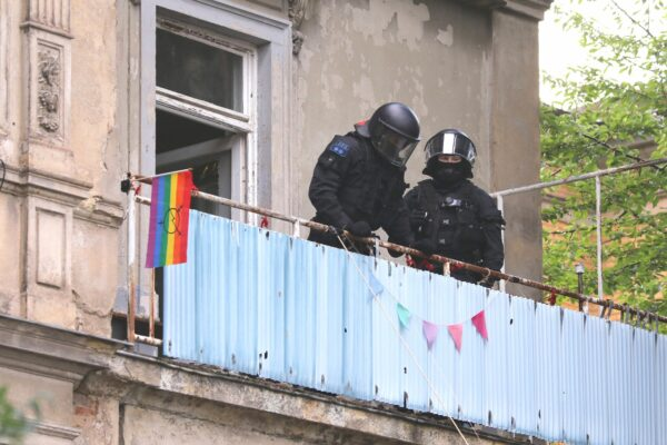 Polizei statt Hausbesetzer*innen auf dem Balkon - Foto: Tino Plunert
