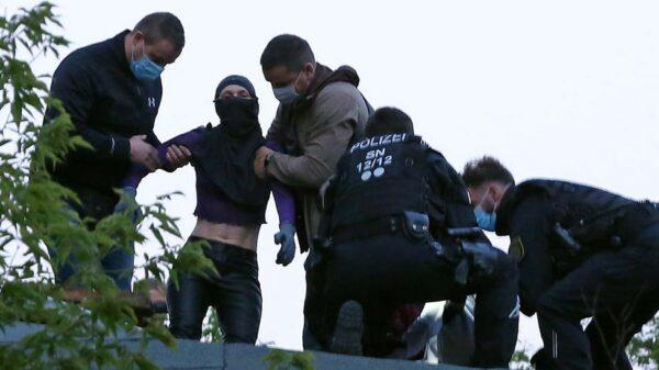Gegen 21 Uhr verhaftete die Polizei drei Frauen, ihnen wird Hausfriedensbruch vorgeworfen. Foto: Roland Halkasch