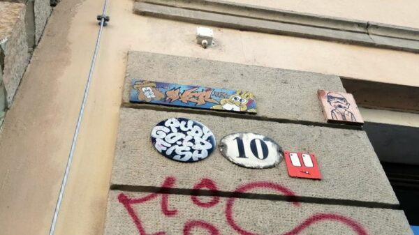 Das runde Schild mit der 10 drauf, ist keine Kunstfliese, sondern die Hausnummer.