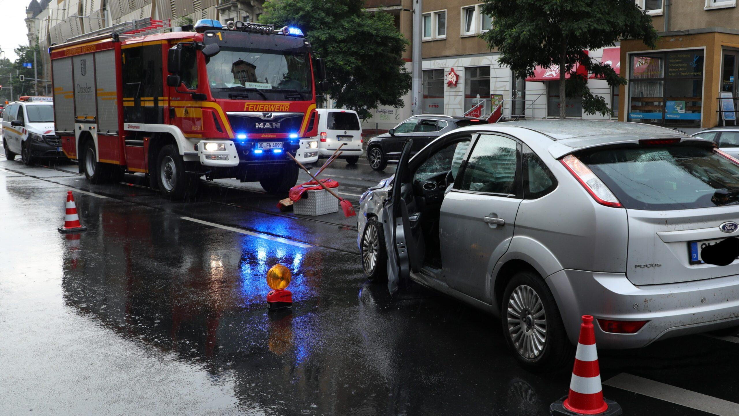 Feuerwehr im Einsatz auf der Bautzner Straße - Foto: Roland Halkasch