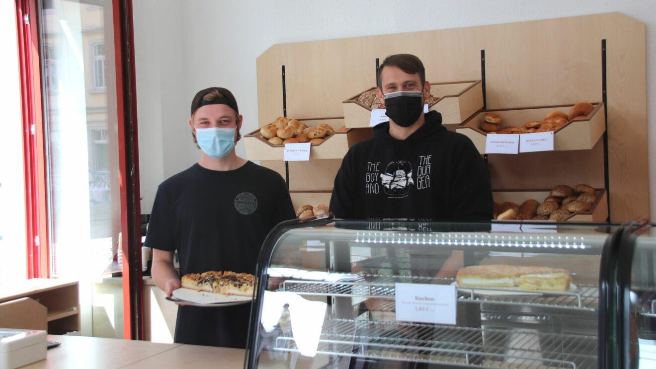 Walter Jentzsch und Martin Dathe verkaufen Hechtsemmeln und Kuchen