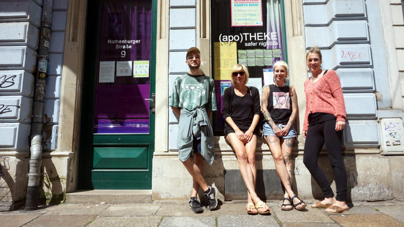 Momo, Fanny, Josefine und Anne vor ihrem Büro auf der Rothenburger Straße.