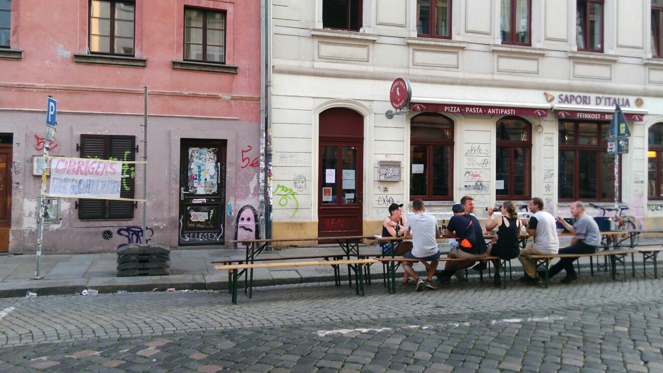 Übrigens - wir wohnen hier - Ungewöhnliche Demo auf der Louisenstraße - Foto: Uwe Quade
