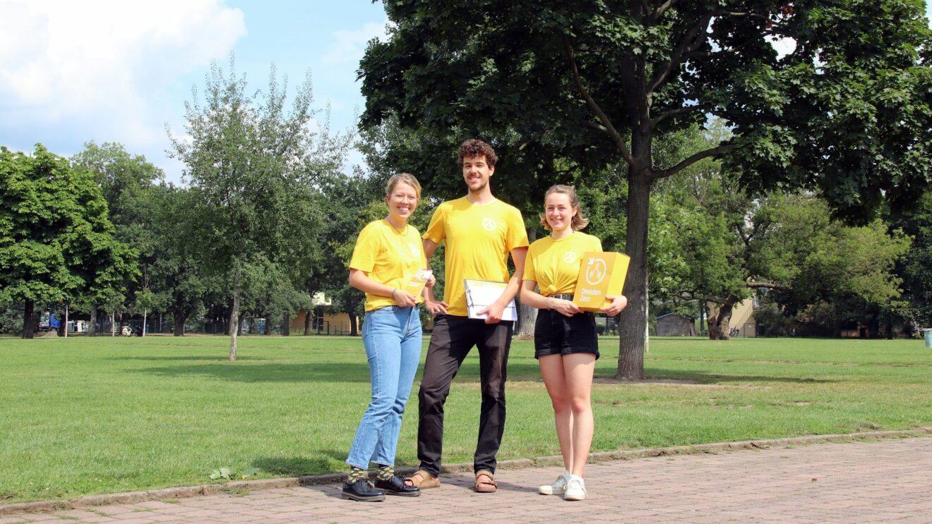 Sammeln Unterschriften für Dresdens Klimaneutralität: Hannah, Johannes und Sophie von DresdenZero