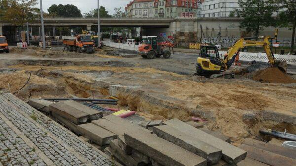 Derzeit wirkt die Baustelle Großenhainer Straße wie ein riesiger Sandkasten. Foto: W. Schenk