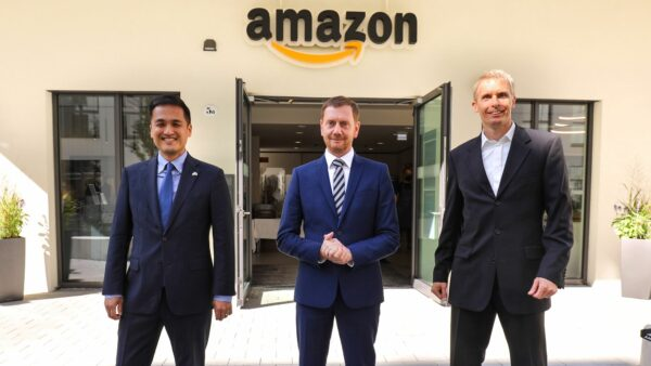 Ken Toko, US-Generalkonsul, Michael Kretschmer (CDU), Ministerpräsident von Sachsen und Chris Schlaeger, Leiter des Amazon Forschungs- und Entwicklungszentrums, bei der Eröffnung des neuenStandorts. Foto: Tino Plunert