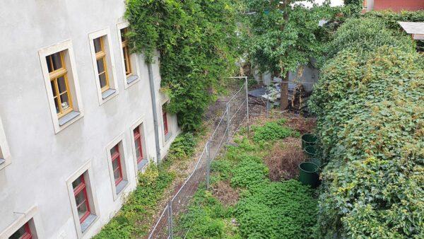 Die Mauer auf der rechten Seite soll saniert werden. Dann kann der ganze Hof wieder als Biergarten genutzt werden.