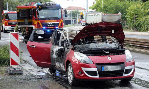 Ausgebrannter Renault auf der Großenhainer Straße - Foto: Roland Halkasch