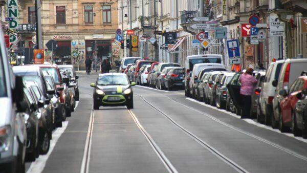Weiße Linien an der Rothenburger sollen für flüssigeren Verkehr sorgen.
