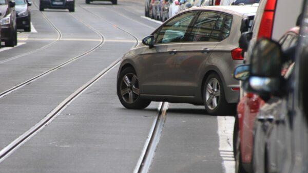 Mit einer dicken weißen Linie wird die Parkbucht klarer.