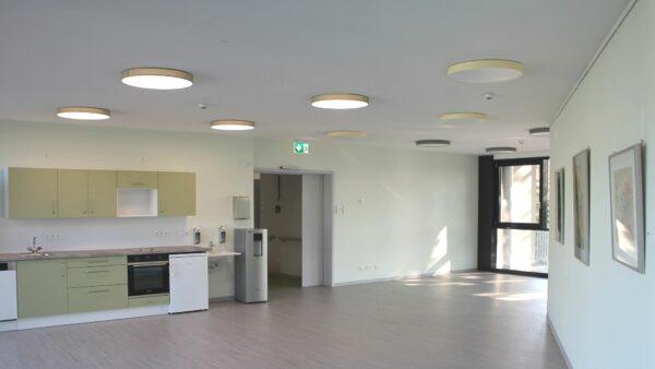 In die hellen, offenen Bewohnerbereiche wird bald Leben einkehren. Jede Ebene verfügt über einen gemeinsam nutzbaren Bereich mit Zugang zu einem großen Balkon. Foto: PR/Diakonissenanstalt