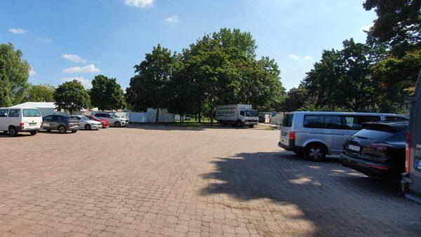 Der Marktplatz wurde am Nachmittag zum Parkplatz.