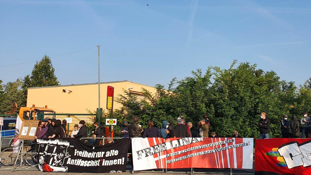 Protest-Demo vor dem Gerichtsgebäude