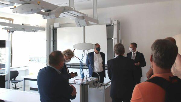 Schulleiter Steffen Palowsky (rechts) zeigt OB Hilbert eines der Fachkabinette