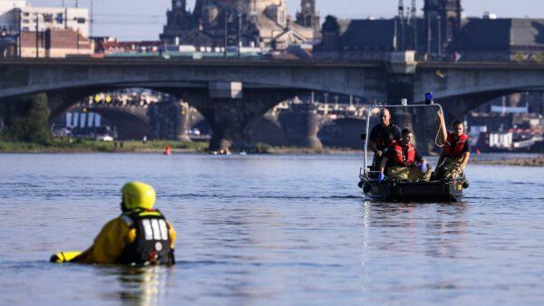 Einsatzschwimmer der Feuerwehr - Foto: Tino Plunert