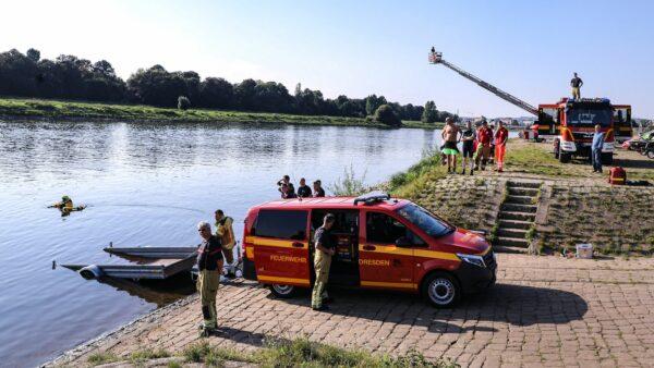 Feuerwehr sucht vermisste Person in der Elbe - Foto: Tino Plunert