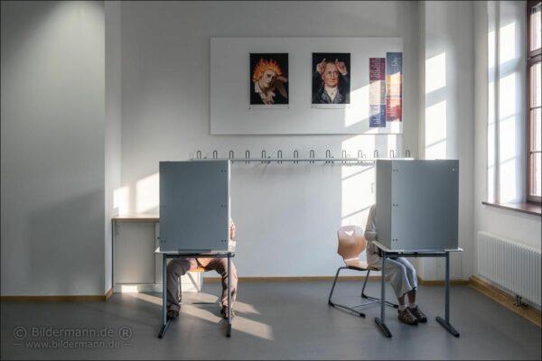 Wahlkabine im Gymnasium Dreikönigschule - Foto: Bildermann