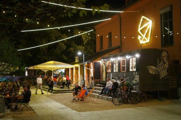 Der Zirkuswagen des Scheune-Cafés ist schon auf den Bischofsplatz umgezogen.