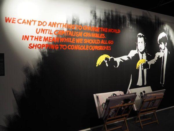 Ironisch-nicht-ironische Platzierung eines Banksy-Spruchsam Museumsshop