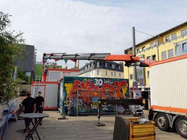 Hier entsteht das Blechschloss | Oben das Kunstwerk von Dominic Kießling und ARDA