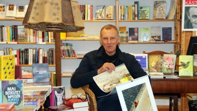 Peter Zuber in seinem Lieblingsbuchladen mit dem neuen Kalender.