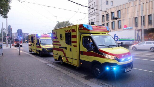 Notarzt- und Rettungswagen an der Königsbrücker Straße - Foto: Tino Plunert