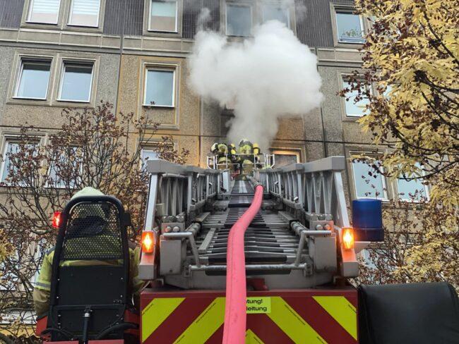 Über eine Drehleiter wird die Brandbekämpfung von außen durchgeführt. Foto: Feuerwehr Dresden