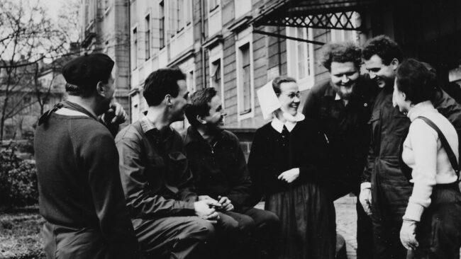 Schwester Margarete Herold mit Jugendlichen kurz nach Kriegsende