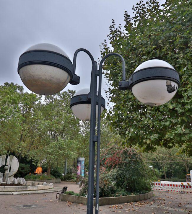Die Kugellampen prägen den Neustädter Markt, aber ein Teil ist derzeit beschädigt.